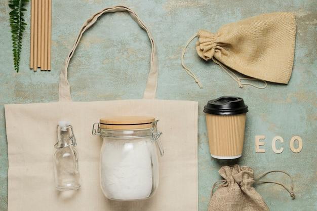 Плоские кладут экологически чистые объекты на цементном фоне Бесплатные Фотографии