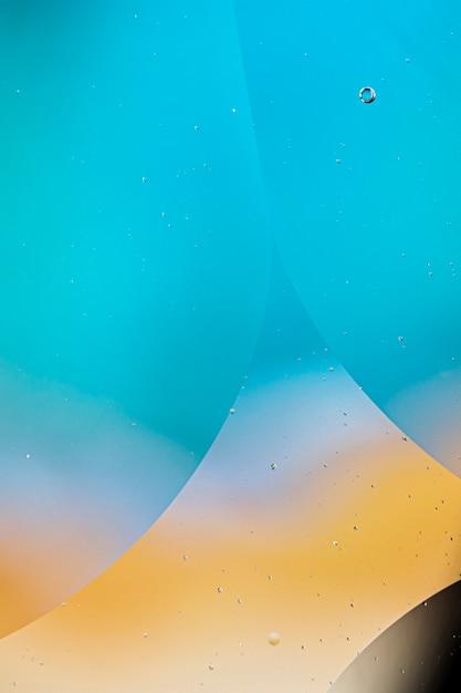 さまざまな透明な雨滴と抽象的な色付きの背景 無料写真