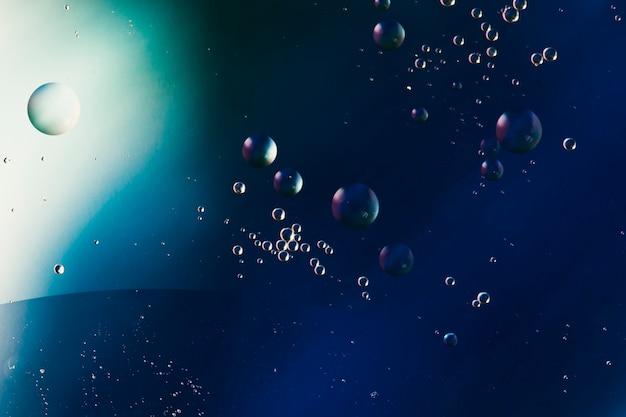 Абстрактный узор из цветных пузырьков масла на воде Бесплатные Фотографии