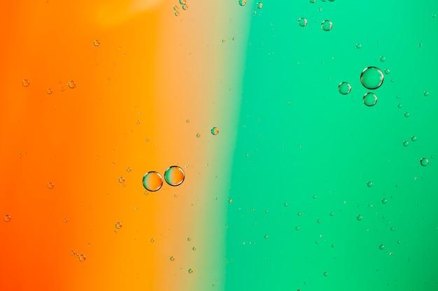 色の液体の抽象的な背景に水と油を混合 無料写真