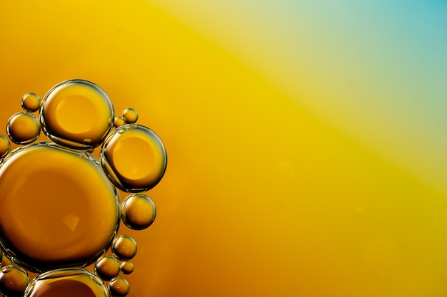 活気のあるコピースペース水の背景に透明な油性泡 無料写真