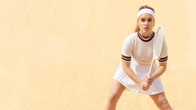 若いテニス選手がボールを打つ準備 無料写真
