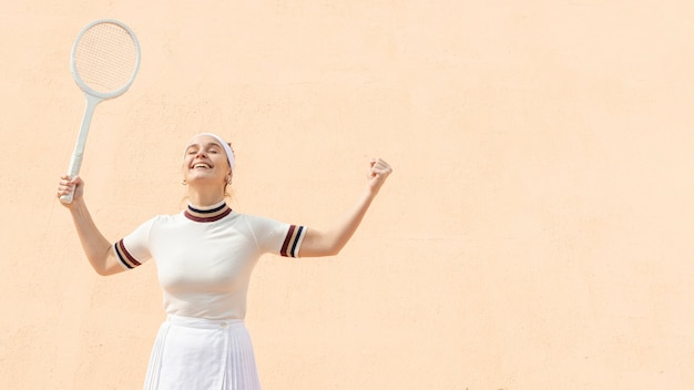 勝利を祝う肖像女性テニスプレーヤー 無料写真