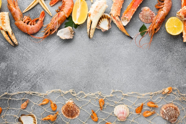 テーブルの上に並んだ魚介類のトップビュー 無料写真