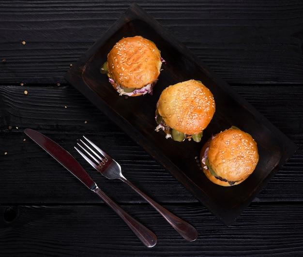 Вкусные гамбургеры под большим углом, готовые к употреблению Бесплатные Фотографии