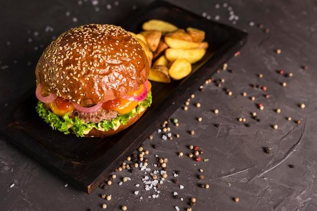 Бургер из говядины с картофелем фри на столе Бесплатные Фотографии