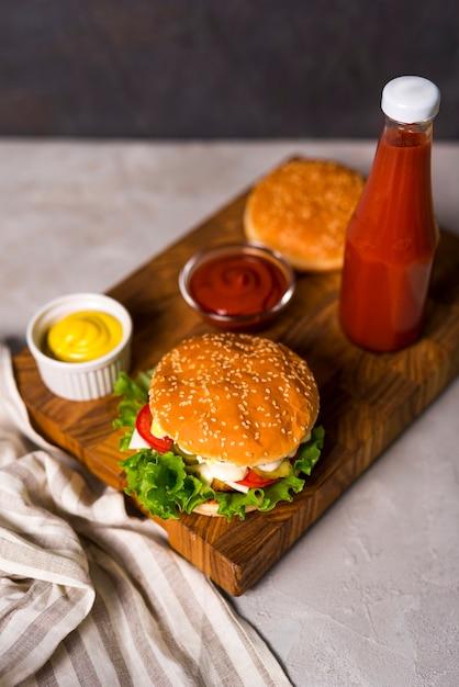 高角アメリカンハンバーガーを提供する準備ができて 無料写真