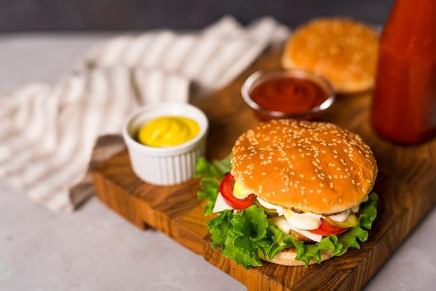 マスタードとケチャップのクローズアップおいしいハンバーガー 無料写真