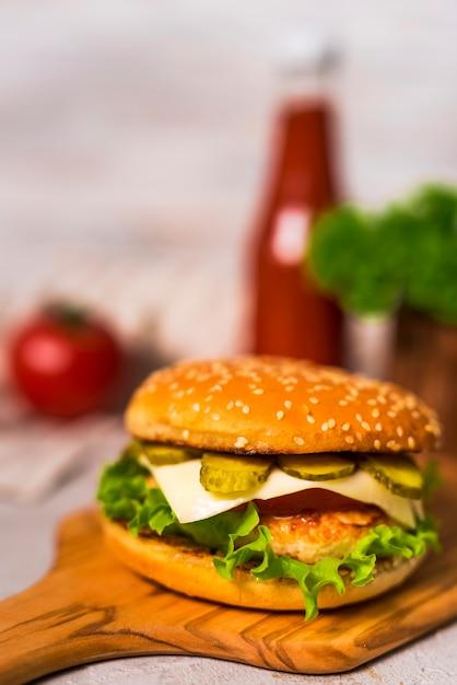 Крупным планом вкусный говяжий бургер с листьями салата Бесплатные Фотографии