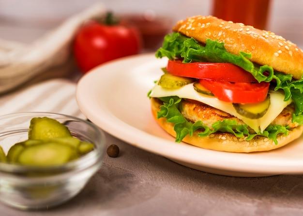 Вкусный классический бургер с помидорами крупным планом Бесплатные Фотографии