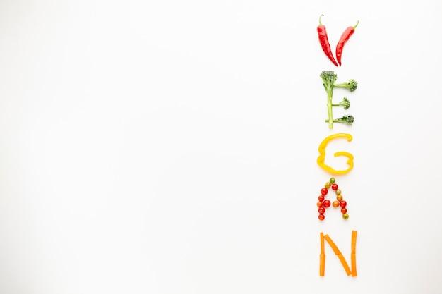 コピースペースを持つ野菜で作られたビーガンレタリング 無料写真