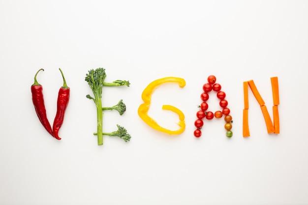 白い背景の野菜で作ったビーガンレタリング 無料写真