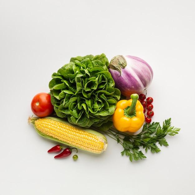 白い背景の上の健康的なライフスタイルの食事 無料写真