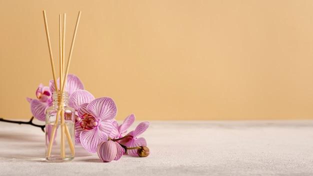 花と香りの付いたスティックを使ったスパセラピー 無料写真