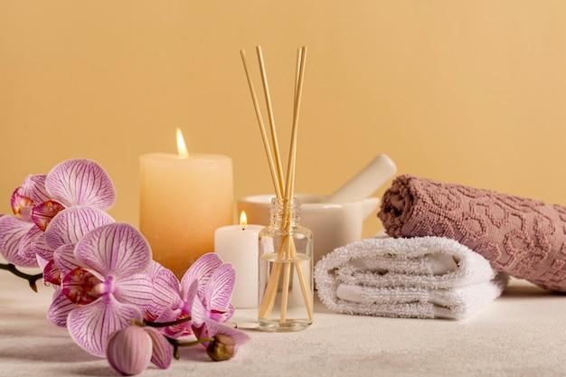 スパフラワーと香りスティックの美しいアレンジメント 無料写真