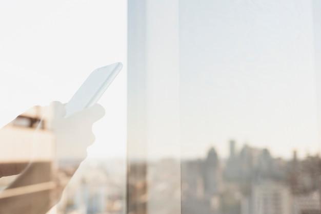 電話を使用している人の反射 無料写真