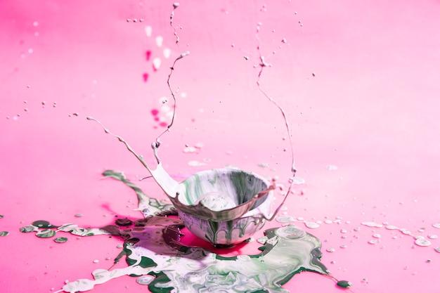 混合ペイントとピンクの背景のボウル 無料写真