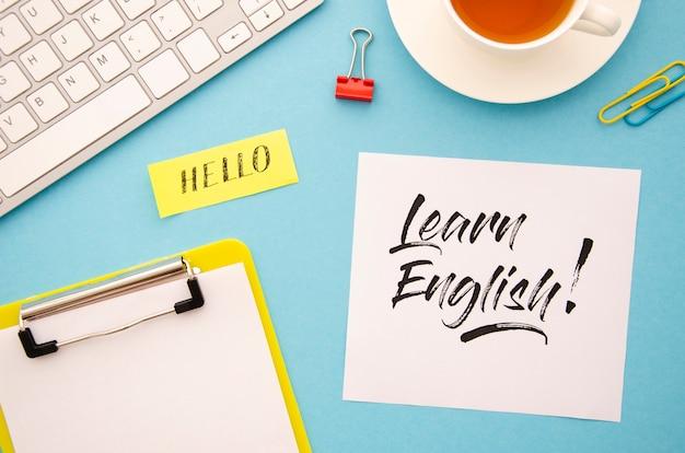 新しい言語を学習するためのさまざまなオブジェクトを使用したフラットレイアウト 無料写真