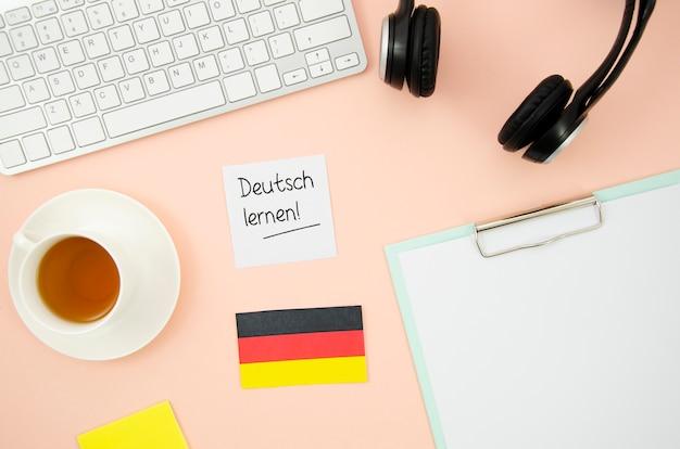 桃の背景にドイツの旗を持つ異なる学習オブジェクト 無料写真