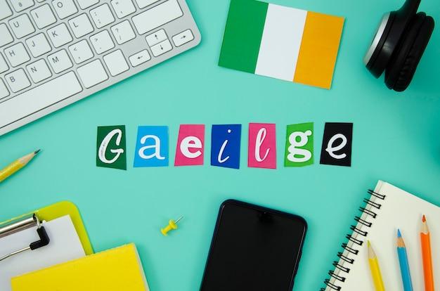 Надпись ирландии рядом с флагом ирландии Бесплатные Фотографии