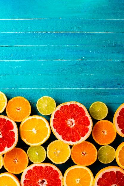 テーブルの上の柑橘類のトップビューミックス 無料写真