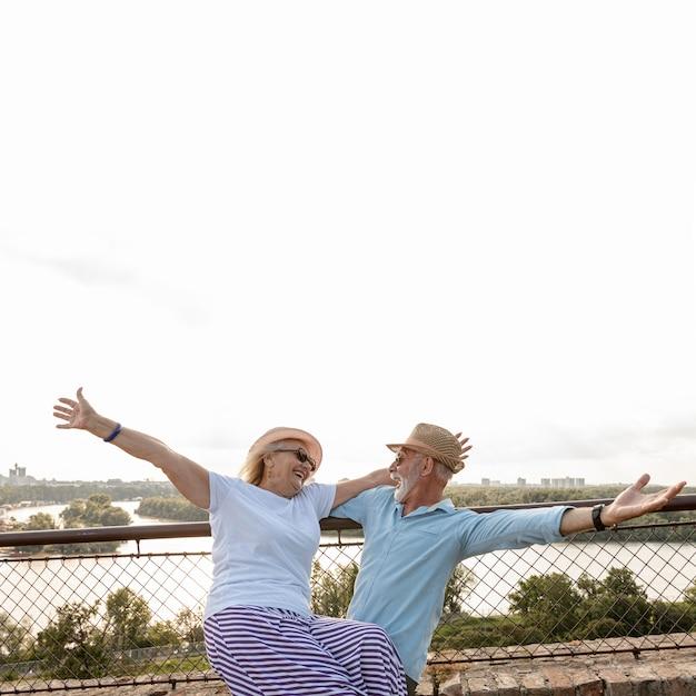 楽しい時間を過ごしている老夫婦 無料写真