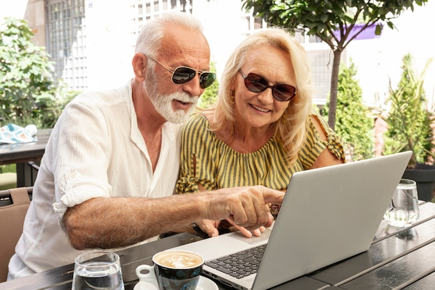 彼の女性にラップトップを示す男 無料写真