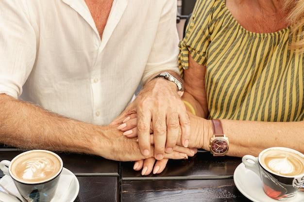 一緒に手を繋いでいるクローズアップカップル 無料写真