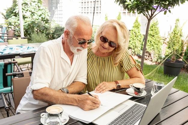 老夫婦の議題でメモを取る 無料写真