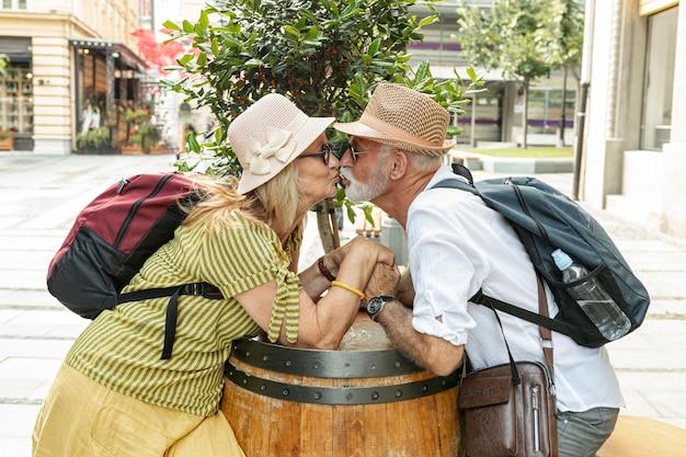キスしながら手を繋いでいる老夫婦 無料写真