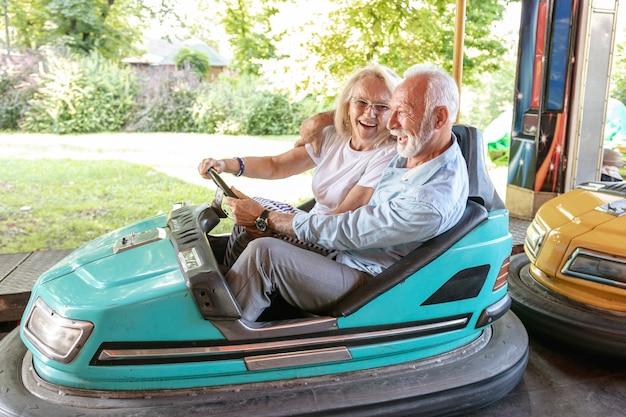幸せな男と女が車を運転 無料写真