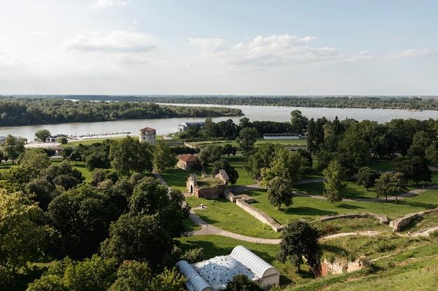 Река, проходящая через территорию с множеством деревьев Бесплатные Фотографии