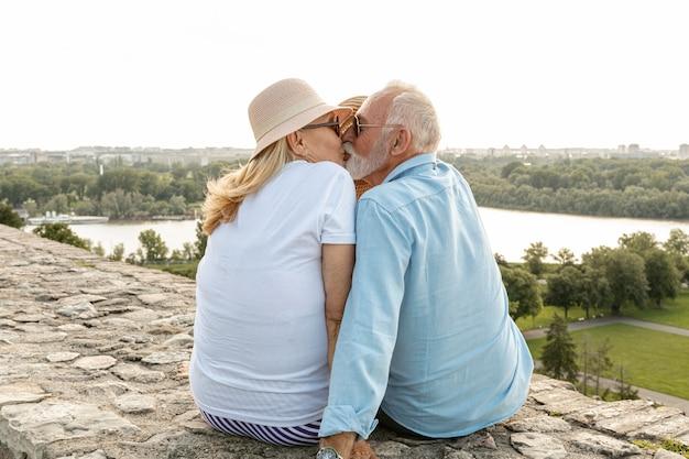 帽子の下の女性にキスをする男性 無料写真