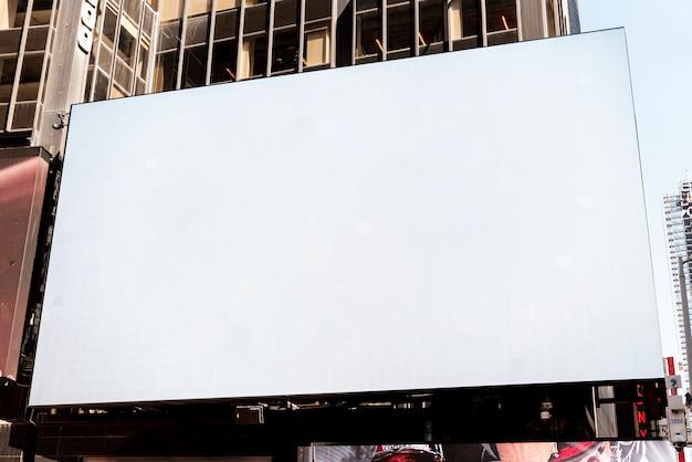 都市景観における大きなモックアップ看板 無料写真