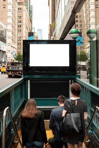 地下鉄入り口の上のモックアップ看板 無料写真