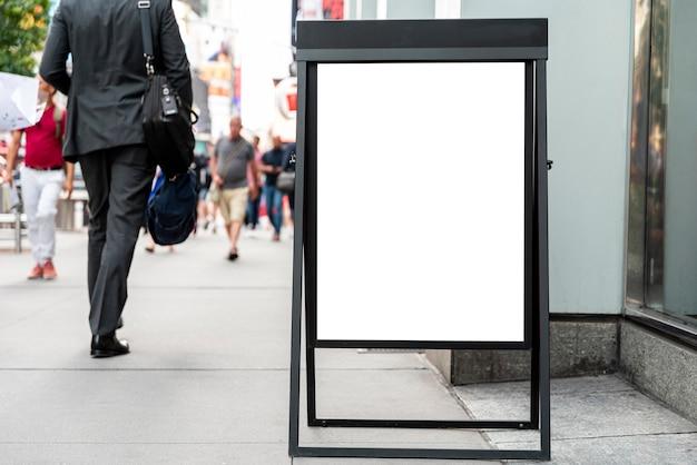 歩道上のモバイルモックアップビルボード 無料写真