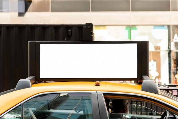 モックアップ看板のあるタクシー 無料写真