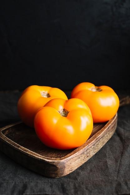 まな板の上の完全に成長したオレンジトマトの高いビュー 無料写真