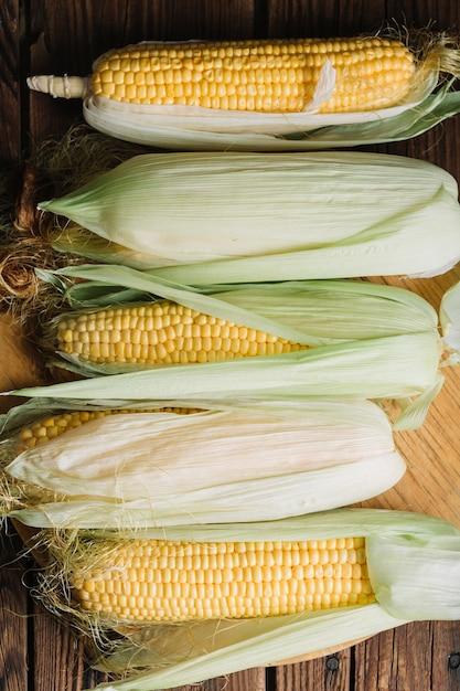 おいしいトウモロコシの平らな配置 無料写真
