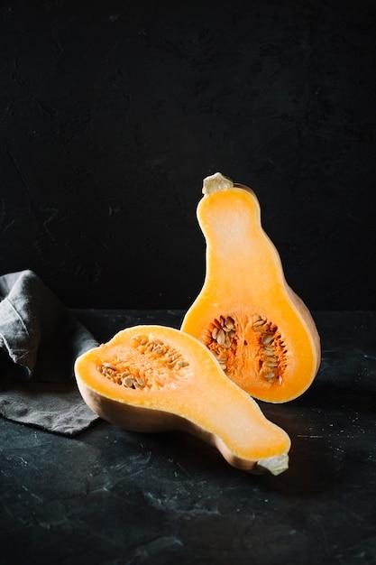 生の有機バターナットスカッシュの正面図 無料写真