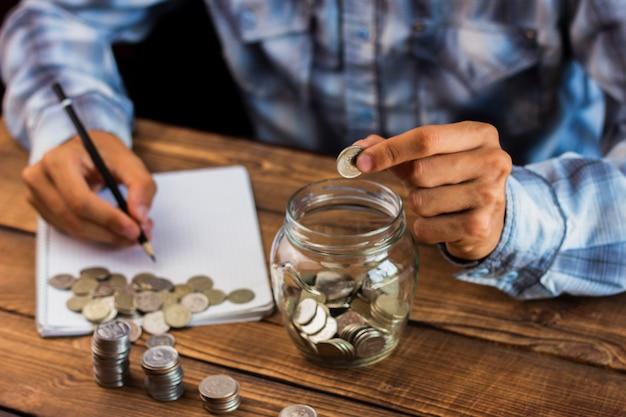 貯蓄を計算する高角度の男 無料写真