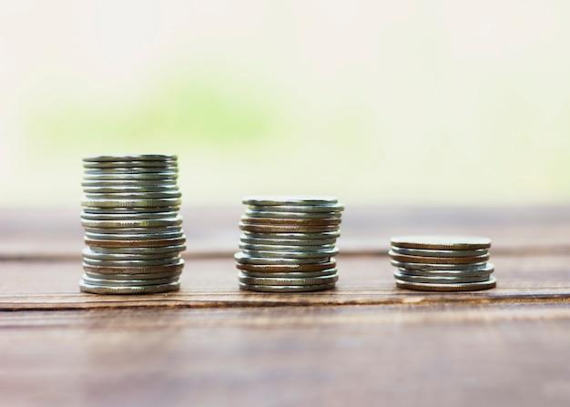 テーブルの上の貯蓄コインのスタック 無料写真