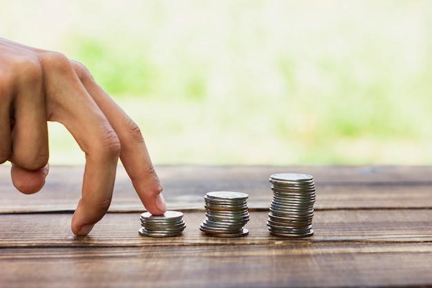 貯金コインで遊び心のある手 無料写真
