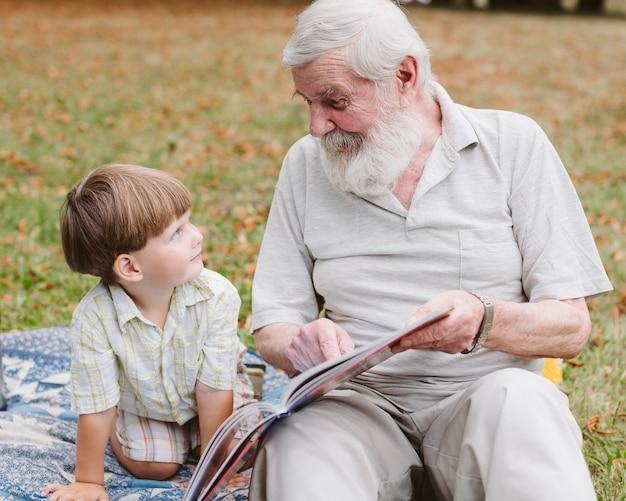 公園のおじいちゃんの読書 無料写真