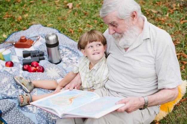 おじいちゃんの孫のための物語を読んで 無料写真