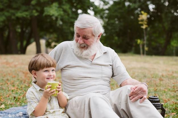 お茶を飲むおじいちゃんと孫 無料写真