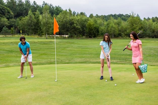 若いゴルファーのプレーの正面図 無料写真