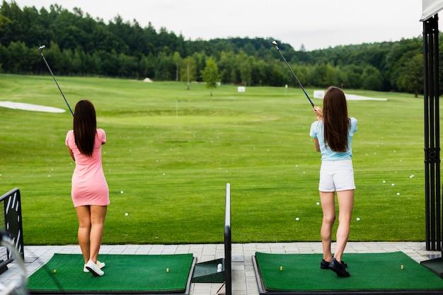 ゴルフ場でカジュアルな女の子の背面図 無料写真