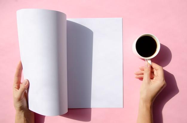 Вид сверху макет журнала с красочным фоном Бесплатные Фотографии