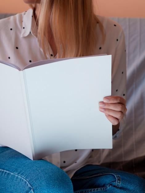 モックアップ雑誌を保持しているクローズアップの女性 無料写真